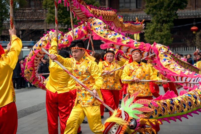 Folk beställnings- drakedans för kinesiskt folk i den wuhan staden, porslin fotografering för bildbyråer