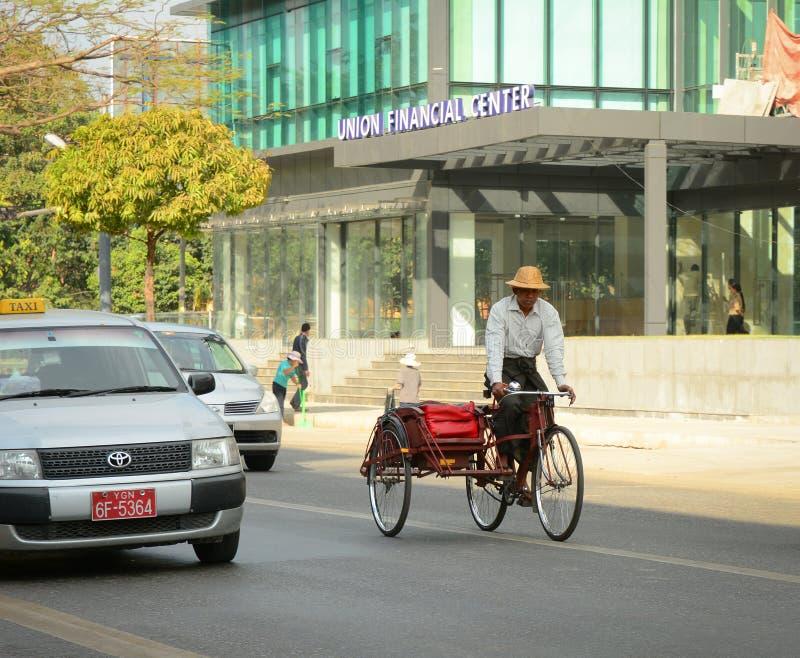 Folk, bilar och cyklar på gatorna i Mandalay arkivbild