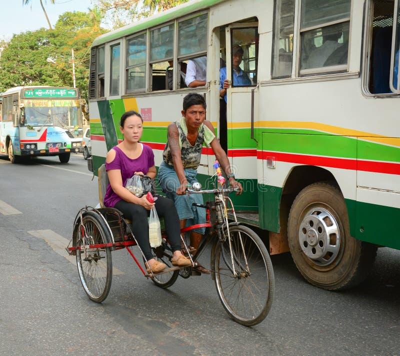 Folk, bilar och cyklar på gatorna i Mandalay royaltyfri bild