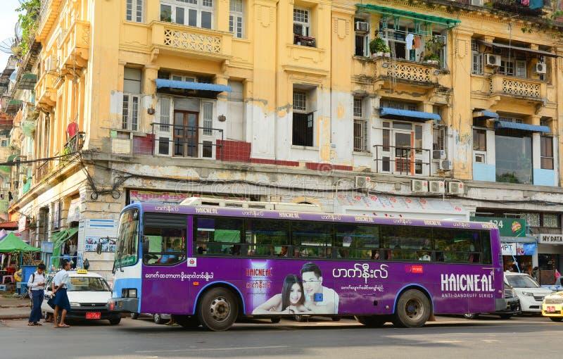 Folk, bilar och cyklar på gatorna i Mandalay royaltyfria foton