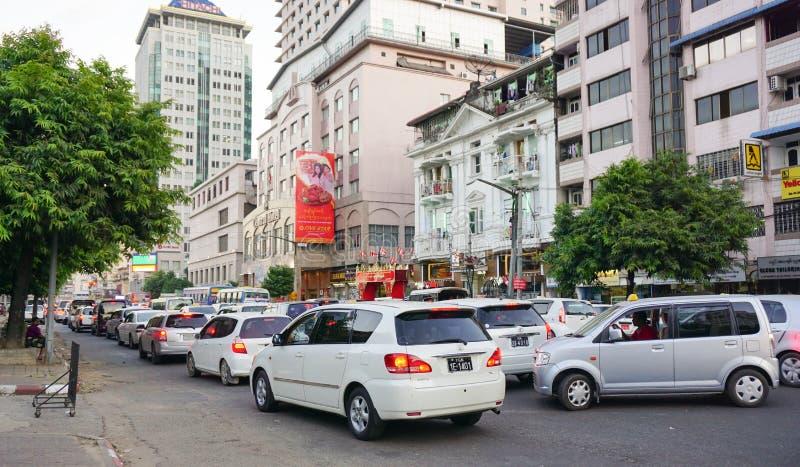 Folk, bilar och cyklar på gatorna i Mandalay royaltyfri foto