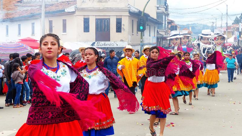 Folk ecuadorian dansare på ståtar, Ecuador arkivbild