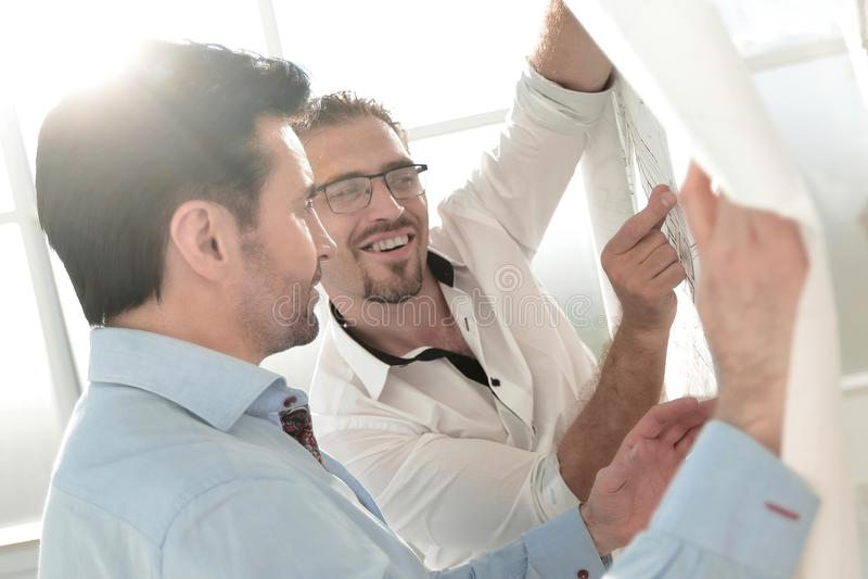 Folk för affär för bakgrundsbild som två diskuterar ett nytt projekt royaltyfri foto