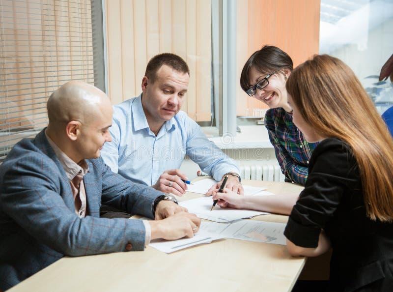 Folk för affärsgrupp som diskuterar ett nytt projekt arkivbild