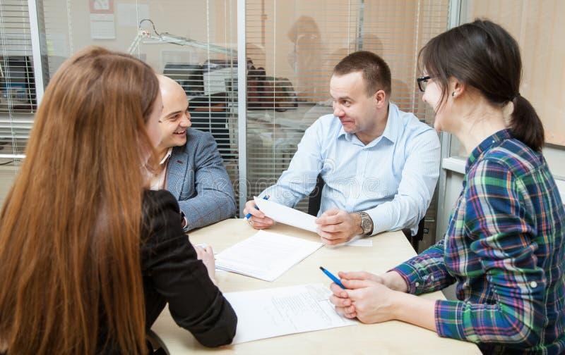 Folk för affärsgrupp som diskuterar ett nytt projekt arkivfoton
