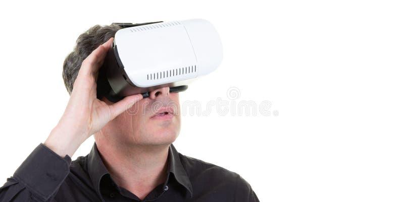 Folk för affärsman som bär exponeringsglas för Vr hörlurar med mikrofonvirtuell verklighet i mallrengöringsdukhorisontalbaner royaltyfria bilder