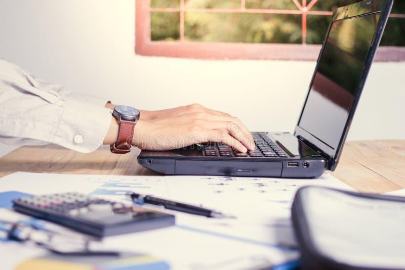 Folk för mobil affär som arbetar på en bärbar dator med en räknemaskin Och en rapport på arbetet till en lyckad framtid royaltyfria foton