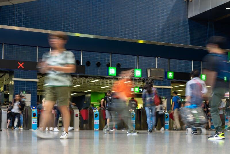 Folk f?r station f?r drev f?r fot- pendlarefolkmassa som upptaget reser p? korridoren f?r biljett f?r g?ngtunnelstation i Hong Ko arkivfoto