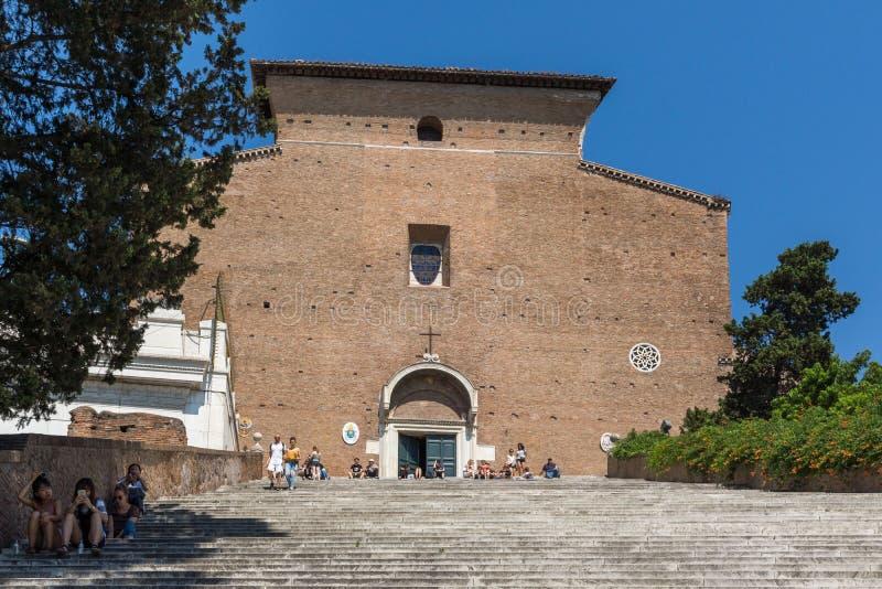 Folk framme av Chiesa di San Marcello al Corso i Rome, Italien royaltyfri foto