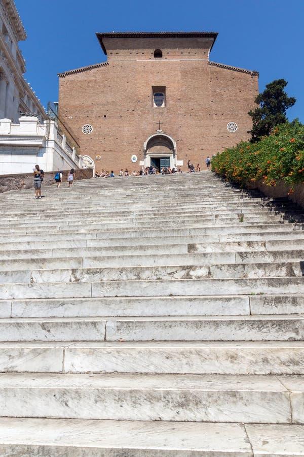 Folk framme av Chiesa di San Marcello al Corso i Rome, Italien royaltyfri bild