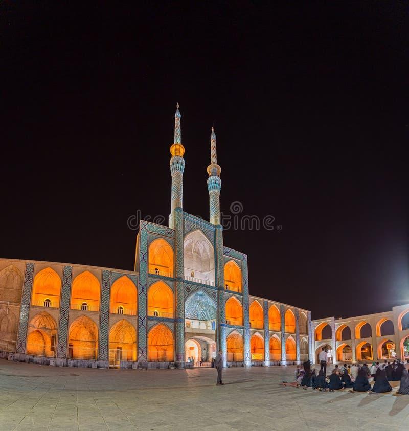 Folk framme av moskén i Yazd royaltyfri bild