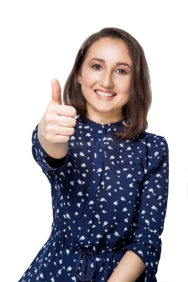 Folk-, gest-, stil- och modebegrepp - lycklig ung kvinna eller tonårig flicka i tillfällig kläder som visar upp tummar royaltyfri fotografi