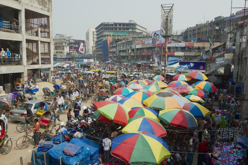Folk handlar på den gamla marknaden i Dhaka, Bangladesh arkivfoto