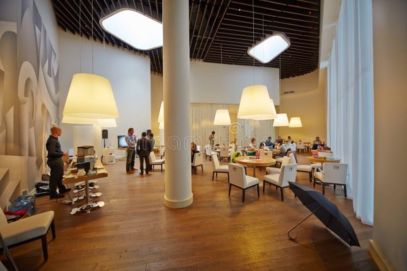 Folk i affär-kafé på Moskvaskolan av ledning Skolkovo arkivbilder