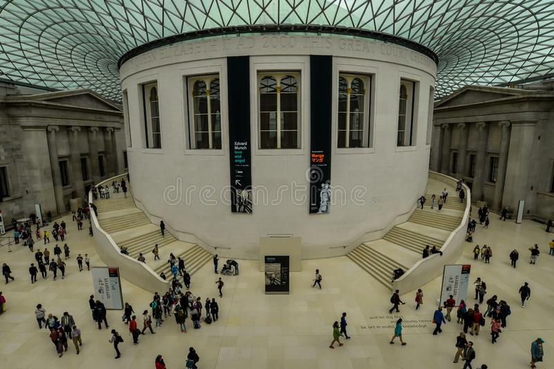 Folk i British Museum royaltyfria bilder