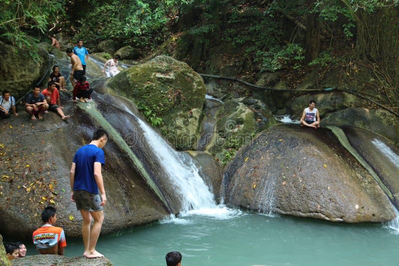 Folk i den Erawan nationalparken och Erawan vattenfall i västra Thailand fotografering för bildbyråer