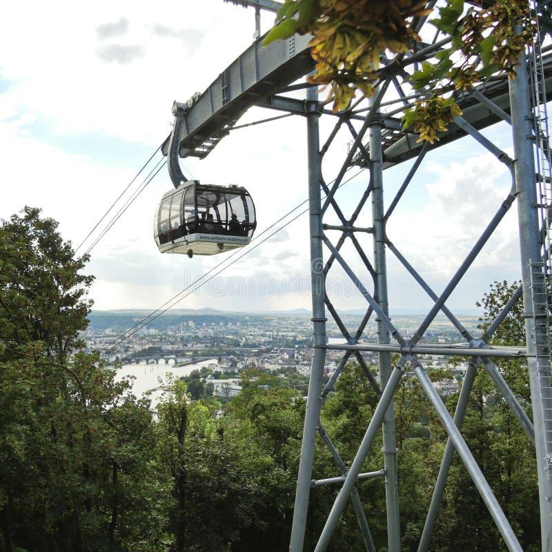 Folk i den Koblenz kabelbilen, Tyskland arkivfoton