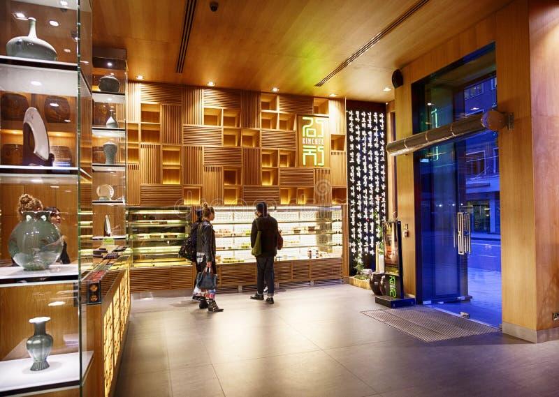 Folk i den koreanska snabbmatsrestaurangen London arkivbilder
