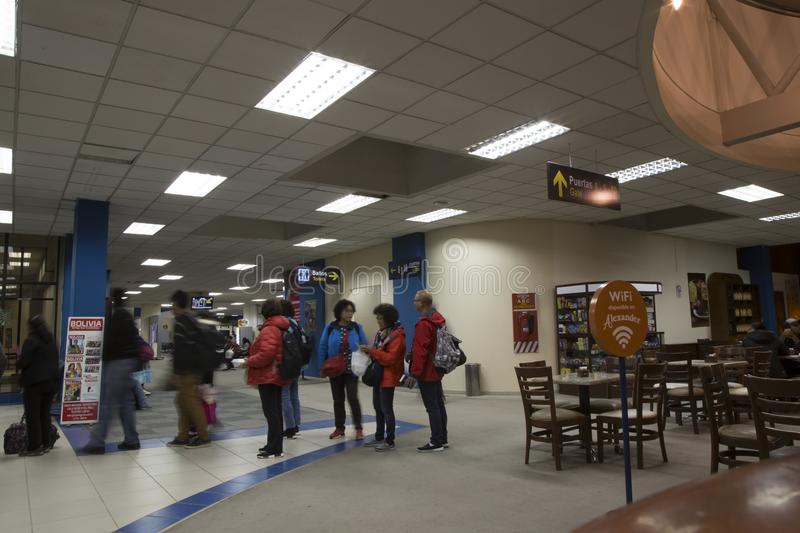 Folk i den LaPaz El Alto International Airport terminalen royaltyfria bilder