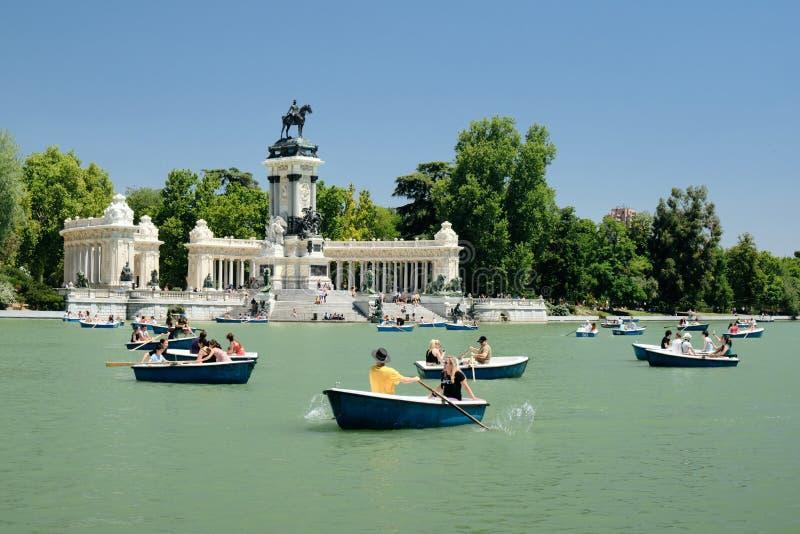 Folk i den Parque del Retiro rodden på fartyg arkivfoton