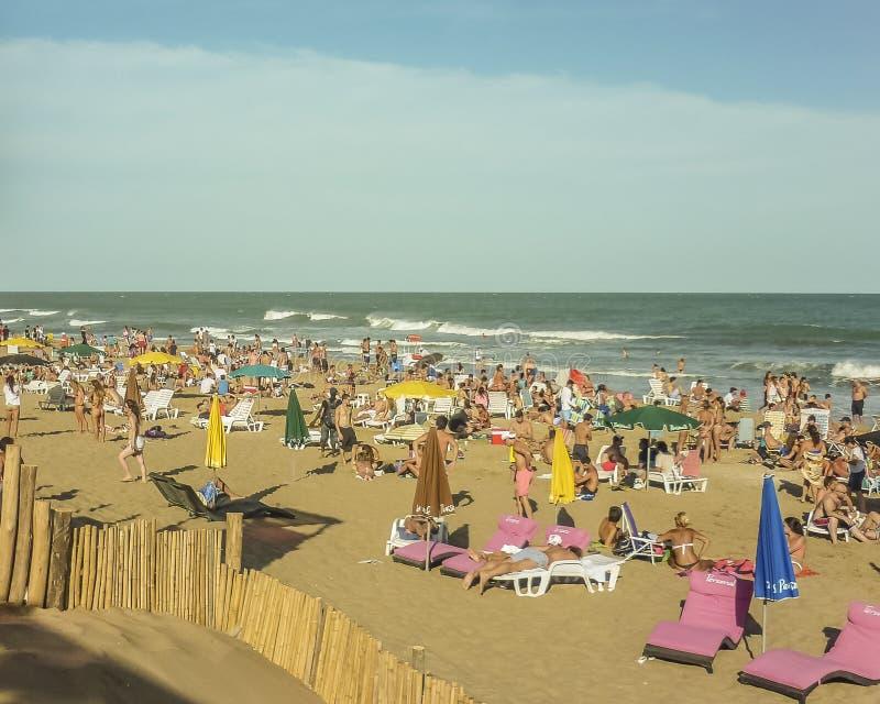 Folk i den Pinamar stranden i Argentina royaltyfri bild