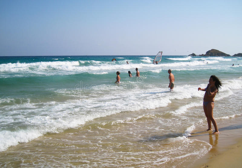 Folk i den vita stranden med det blåa crystal havet i sommartid på chien arkivbild