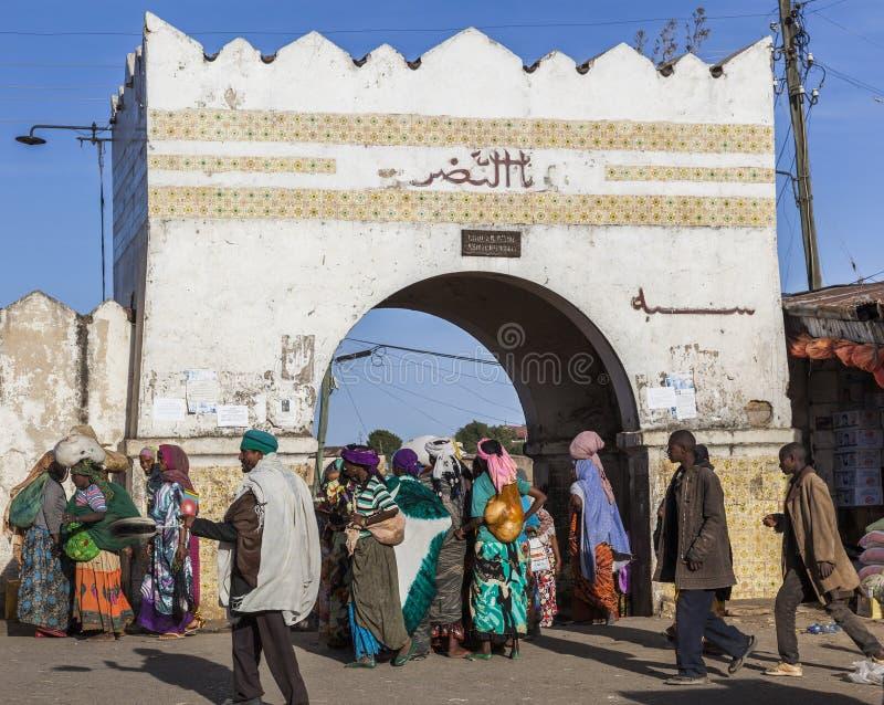 Folk i deras dagliga rutinmässiga aktiviteter som som nästan är oförändrade i mer än fyrahundra år Harar ethiopia arkivfoto