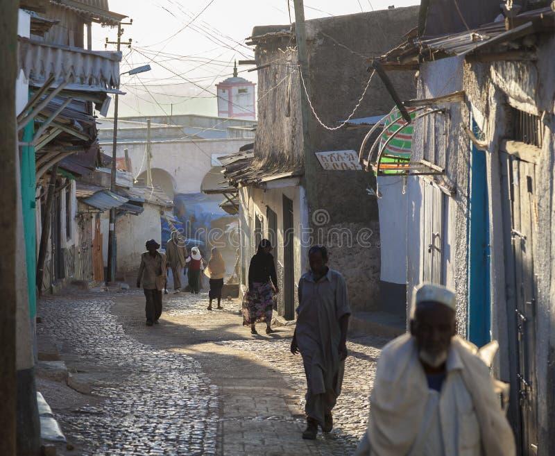 Folk i deras rutinmässiga aktiviteter för morgon som som nästan är oförändrade i mer än fyrahundra år Harar ethiopia royaltyfri foto