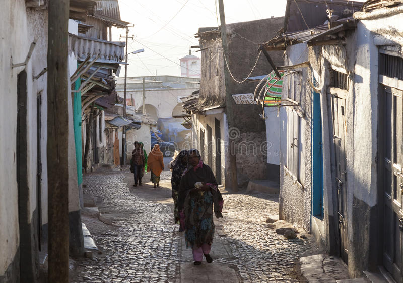Folk i deras rutinmässiga aktiviteter för morgon som som nästan är oförändrade i mer än fyrahundra år Harar ethiopia royaltyfri bild