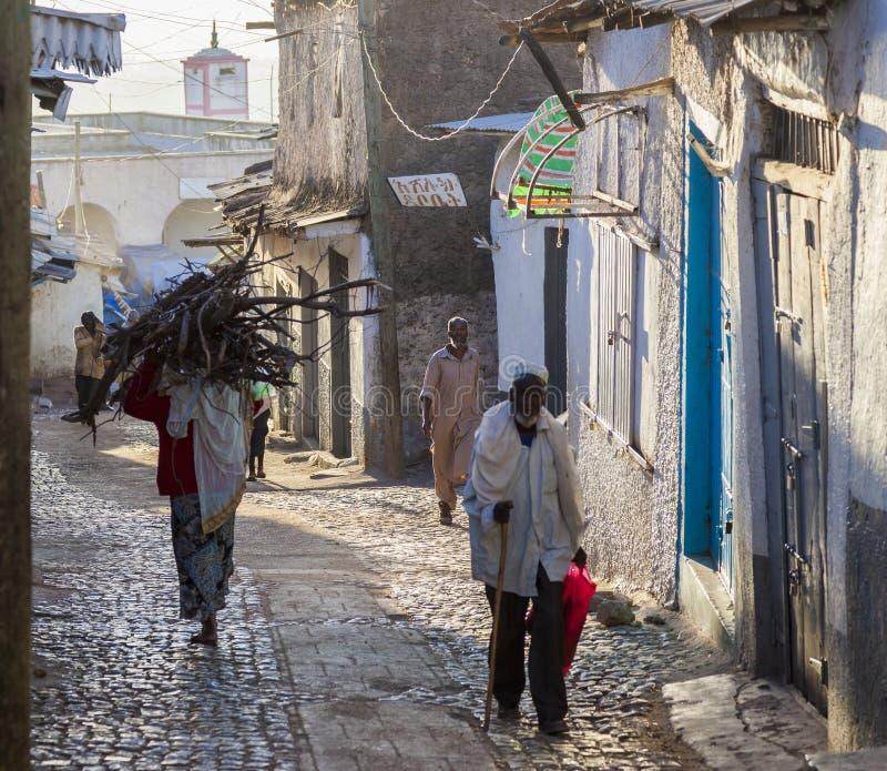 Folk i deras rutinmässiga aktiviteter för morgon som som nästan är oförändrade i mer än fyrahundra år Harar ethiopia arkivbilder