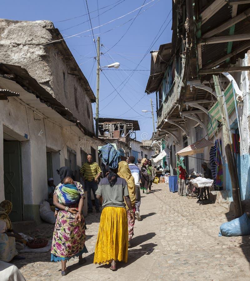Folk i deras rutinmässiga aktiviteter för morgon som som nästan är oförändrade i mer än fyrahundra år Harar ethiopia fotografering för bildbyråer