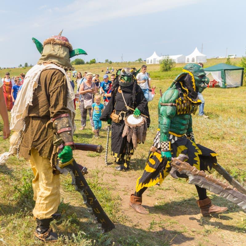 Folk i dräkter av ruskiga varelser Ethno-historisk festival med rekonstruktionen av striden av Timur 1391 och Tokh royaltyfria bilder
