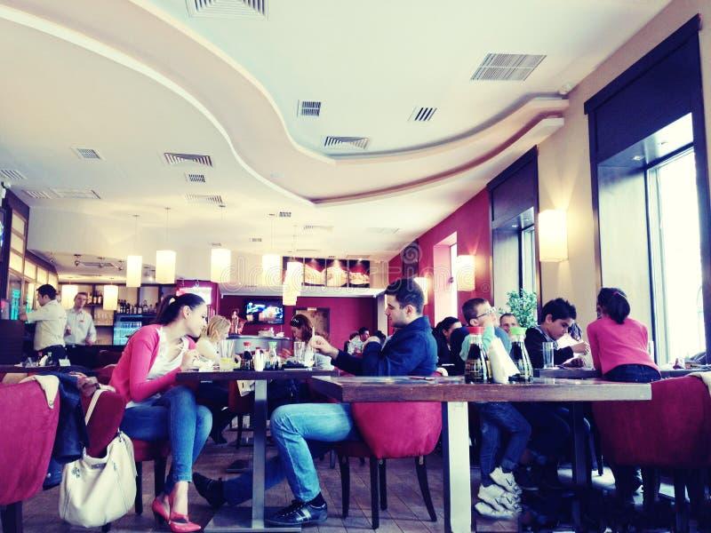Folk i en restaurang arkivfoto