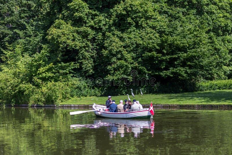 Folk i en roddbåt i Frederiksberg trädgårdar, Köpenhamn arkivfoto