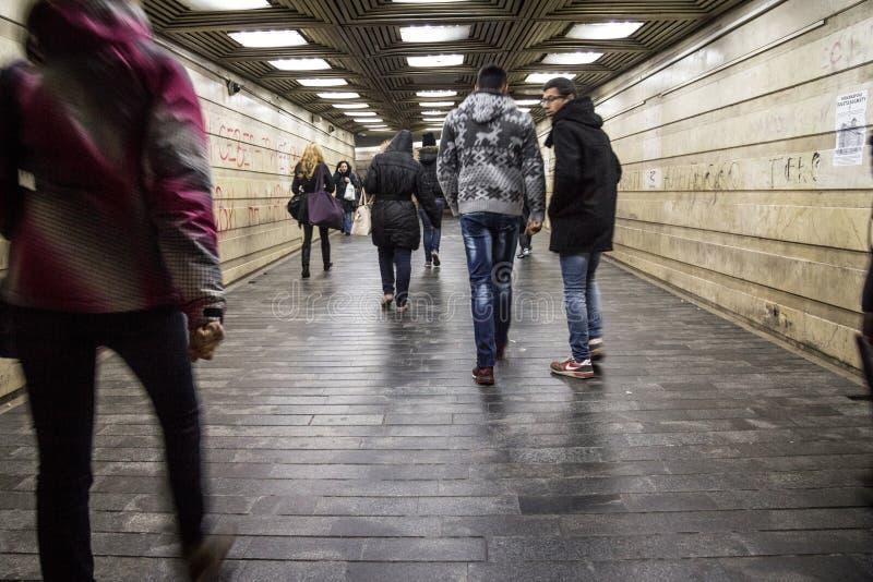 Folk i en rushi som går, med en hastighetssuddighet, i den underjordiska passagen av den Zeleni Venac bussstationen, i centrum av royaltyfri bild