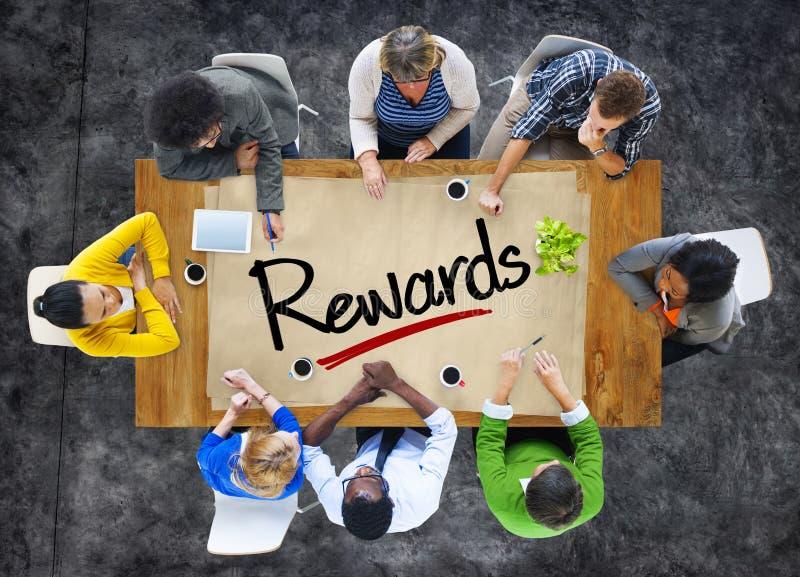 Folk i ett möte och belöningar för enkelt ord royaltyfria bilder