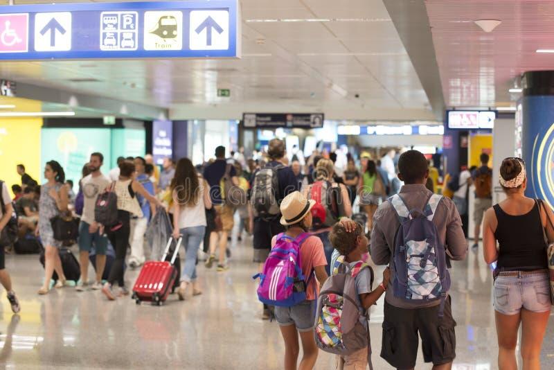 Folk i flygplats royaltyfria foton