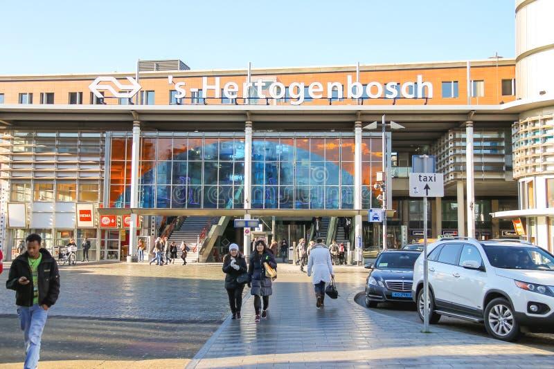 Folk i fyrkanten framme av järnvägsstationen i Den Bosch arkivfoton