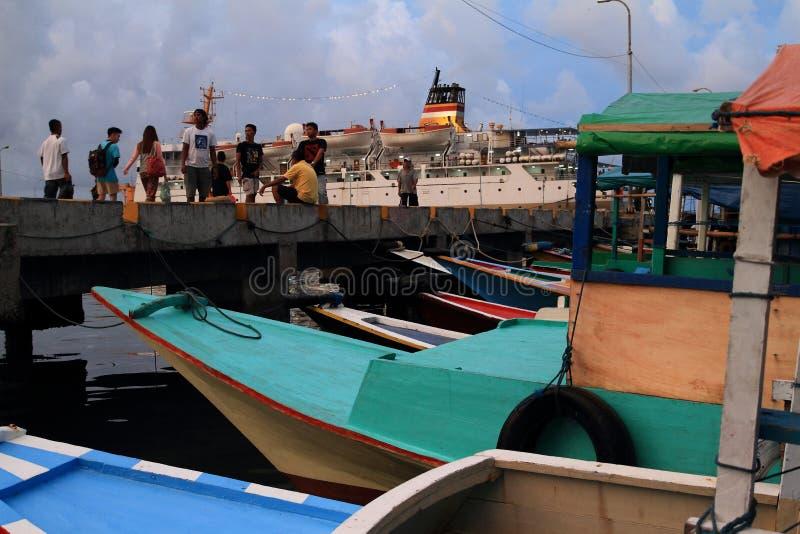 Folk i hamn i Labuan Bajo royaltyfria bilder