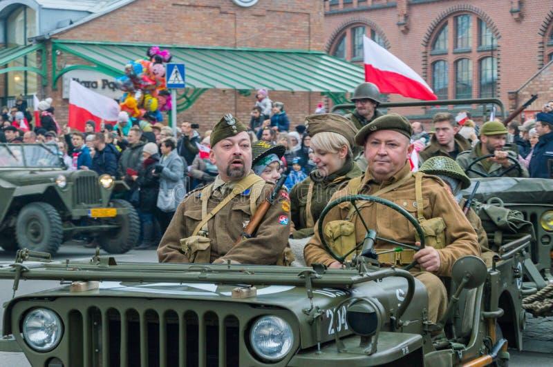 Folk i historiska soldatlikformig på den 100. årsdagen av den polska självständighetsdagen arkivfoto