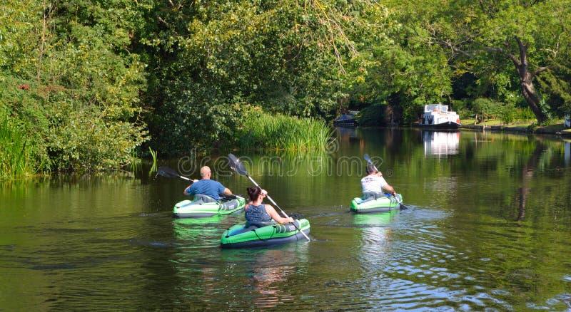 Folk i kanoter på flodousen på en solig dag fotografering för bildbyråer