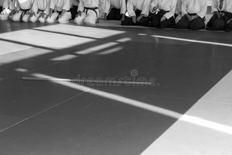 Folk i kimono på seminarium för kampsportvapenutbildning arkivbild