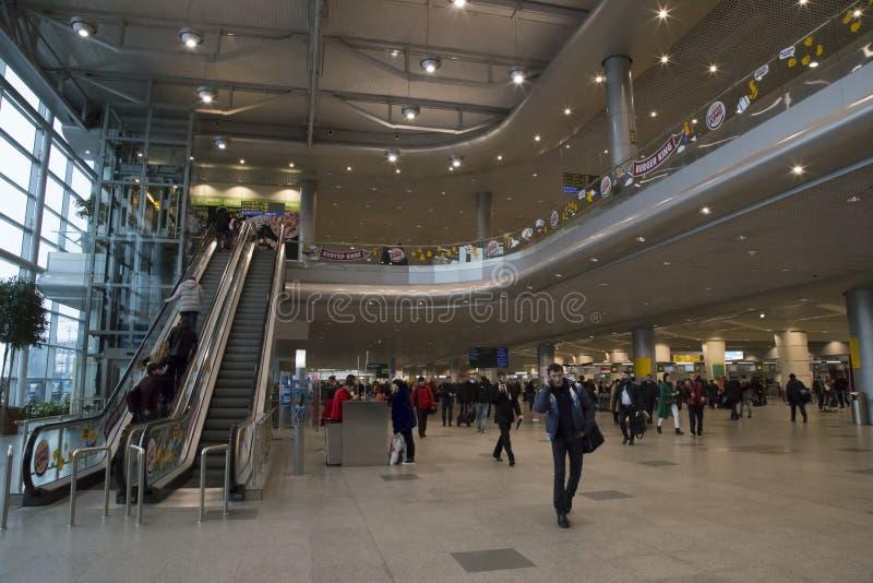 Folk i korridoren av Domodedovo den internationella flygplatsen royaltyfri fotografi