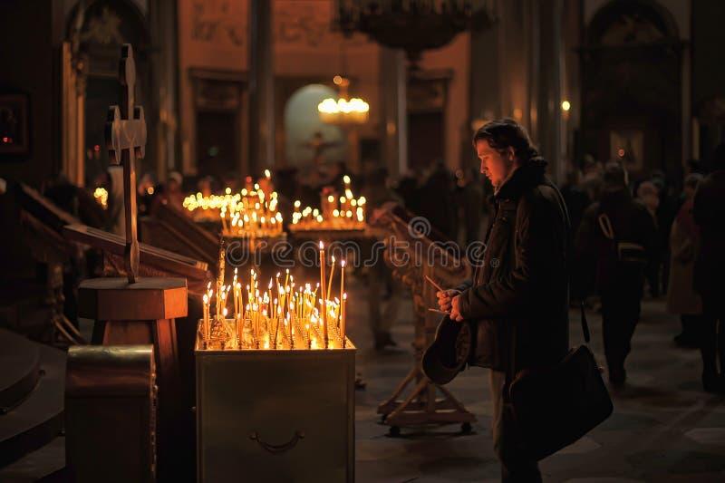 Folk i kyrka- och ljusstearinljusen royaltyfri fotografi