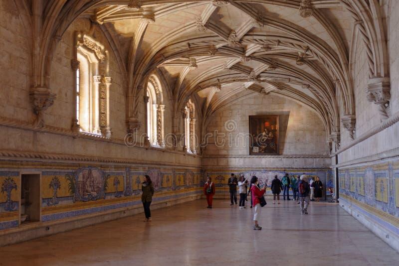 Folk i matsalen av den Jeronimos kloster i Lissabon, Portugal royaltyfria foton
