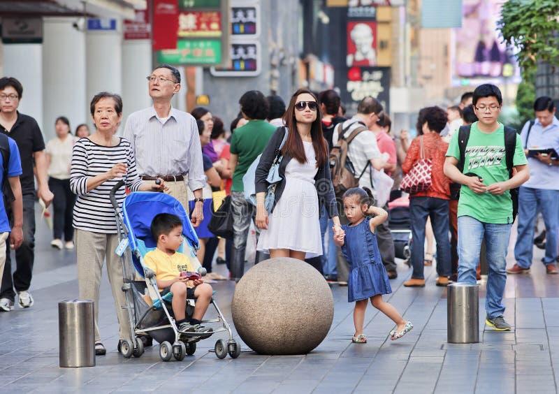 Folk i Nanjing den östliga vägen som väntar på en korsning ställe, Shanghai, Kina royaltyfria foton