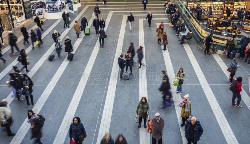 Folk i rörelse på Grand Central Sttaion i Birmingham arkivfoton