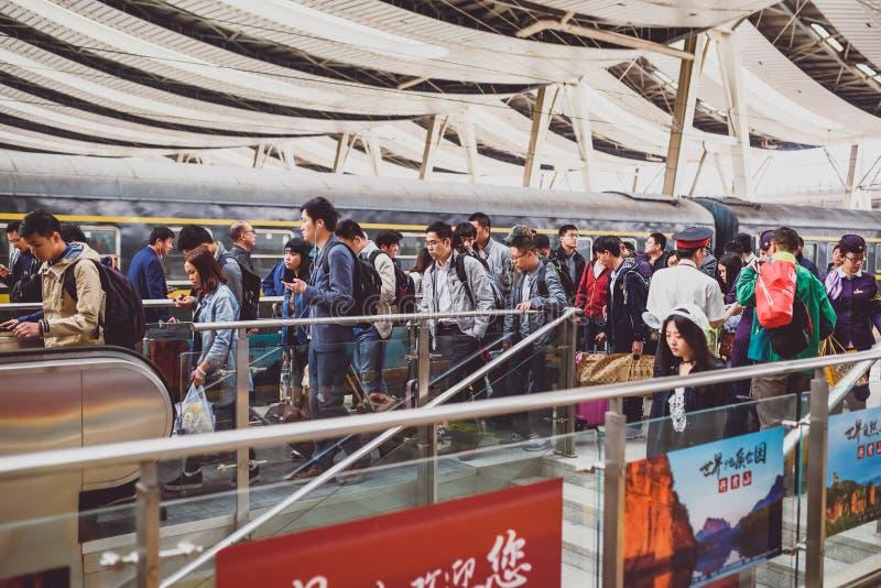 Folk i södra järnvägsstation för Peking arkivfoto