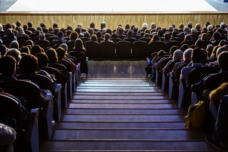 Folk i salongen under kapaciteten En scenisk produktion royaltyfri fotografi
