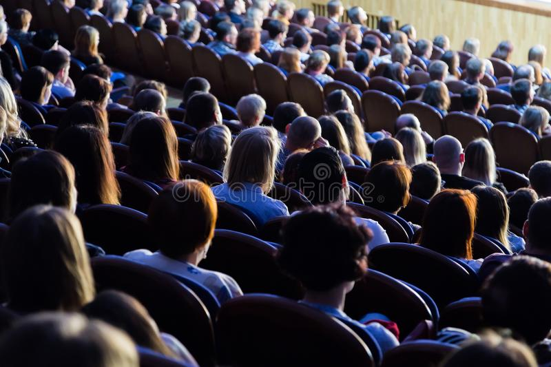 Folk i salongen under kapaciteten En scenisk produktion fotografering för bildbyråer